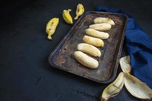 gepelde bananen op dienblad foto