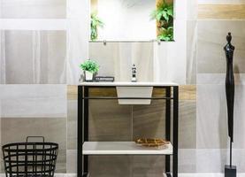 interieur van badkamer met planten