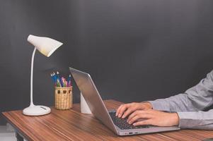 zakenman met behulp van een laptopcomputer foto