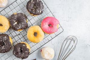 bovenaanzicht van donuts foto