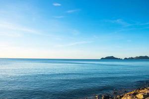 de lucht en de zee in de zomer foto