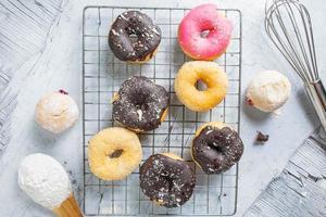 bovenaanzicht van donuts op een rek foto