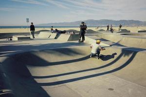 santa barbara, ca, 2020 - skaters in een park foto