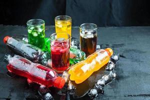 kleurrijke drankjes op zwart foto