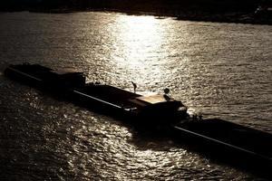 vrachtschip bij zonsondergang