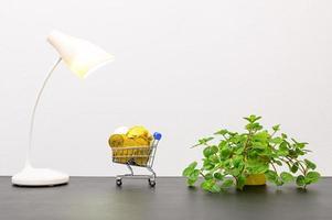 miniatuur winkelwagentje op het bureau foto