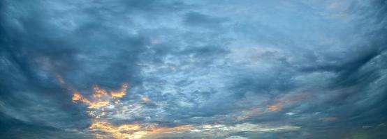 hemel en wolken bij zonsondergang foto