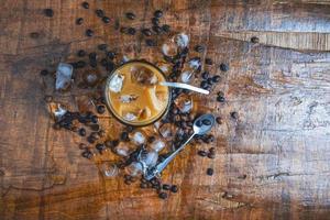 ijskoffie op houten tafel foto