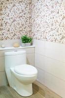 witte keramische toiletpot in de badkamer foto