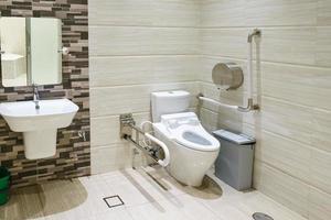 interieur van badkamer voor gehandicapten of ouderen. leuning voor gehandicapten en ouderen in de badkamer foto