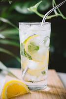 ijskoud citroenwater foto
