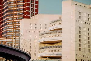 los angeles, ca, 2020 - wit betonnen gebouw onder de blauwe lucht overdag