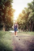 jong gelukkig meisje wandelen in een bos in de zomer