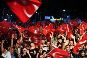 mensen zwaaien vlag van turkije foto
