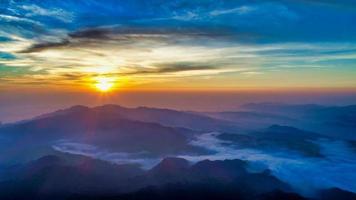 luchtfoto van een zonsopgang boven Wufenshan