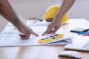 ingenieur planning met architect foto