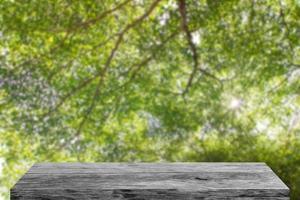 houten tafel op groene natuur achtergrond foto
