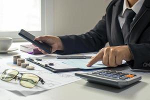 accountant die grafieken controleert