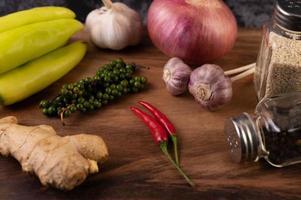 close-up van gember, Spaanse peper, knoflook en verse peperzaden