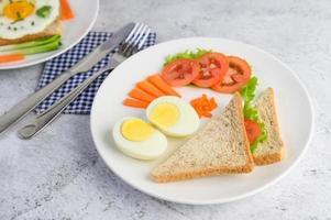 gekookt ei met tomaten en wortelen