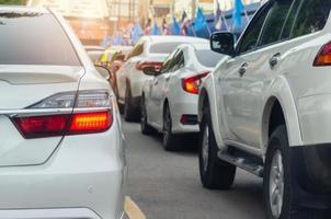 auto-achterlichten in het verkeer foto