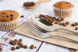 banaan cupcakes gemengd met chocoladeschilfers op een witte plaat foto