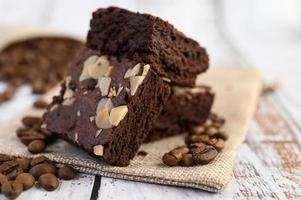 chocolade brownies op een zak met koffiebonen foto