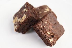zelfgemaakte chocolade brownies op een witte plaat foto