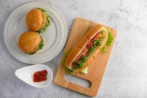 hamburgers en een hotdog