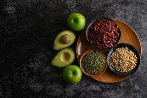 peulvruchten en fruit op een donkere achtergrond foto