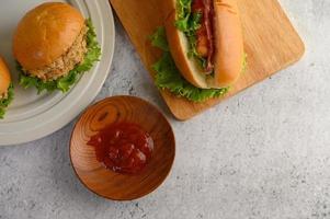 hamburgers en hotdog met sla en tomatensaus