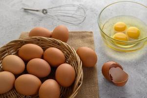 biologische eieren en olie voor bakbereiding foto