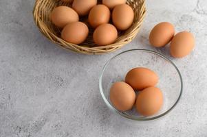 bruine eieren in een glazen kom