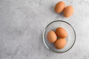biologische bruine eieren in een glazen kom
