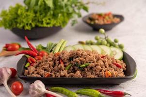 Pittige Varkensgehakt Salade Met Rijst, Chili En Tomaten Op Een Zwarte Plaat
