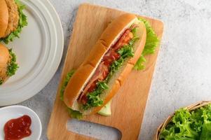 voorgerechten met hotdog en hamburgers foto