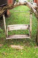 houten veranda schommel in de tuin foto