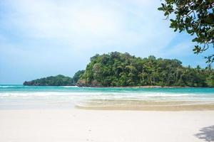 strand en water bij nationaal park tarutao in thailand foto