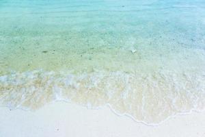 wit zand met blauw water