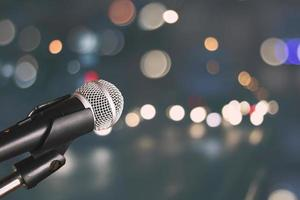 microfoon met een bokehachtergrond foto