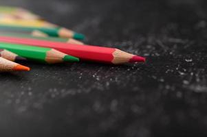 kleurrijke kleurpotloden met driehoeksvorm met exemplaarruimte foto