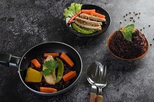 paarse rijstbessen met gegrilde kipfilet en pompoen en wortel