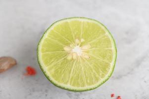 close-up van half gesneden limoen foto