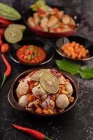 pittige gehaktbalsalade met chili, citroen, knoflook en tomaat