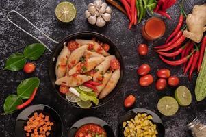 pikante vleessalade met chili, citroen, knoflook en tomaat
