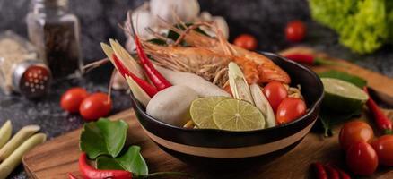 tom yum kung soep met tomaat, chili, citroengras, knoflook, citroen en kaffir