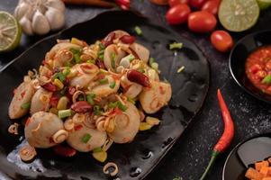 pittige gehaktbalsalade met chili, citroen, knoflook en tomaat foto