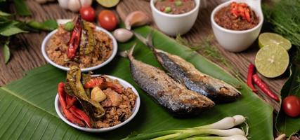 garnalenpasta en makreel, gebakken op bananenbladeren met chili, tomaat en knoflook