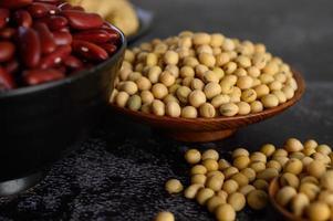 rode bonen en sojabonen op cementachtergrond