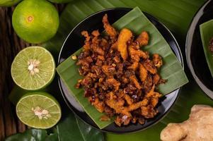 knapperige varkens-chilipasta op bananenbladeren met bijgerechten foto